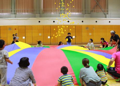 正規職員(指定職 有資格者)を募集します。勤務地を大阪府内3エリア(北・中・南)から選べます。